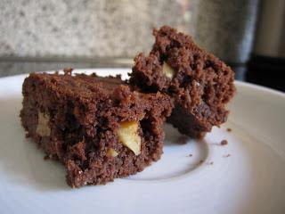 zwei stücke brownies mit walnüssen drin