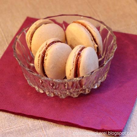 vier macarons in einer glasschüssel