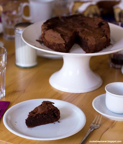 Schoko-Mandel-Kuchen ohne Mehl auf einer Tortenplatte