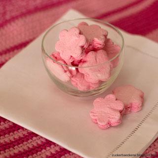 eine schale rosa blümchen-marshmallows