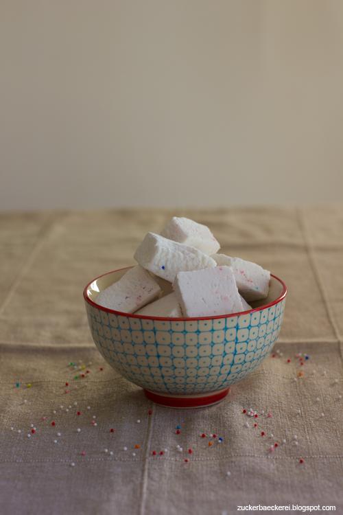 eine schüssel rechteckige, weiße marshmallows