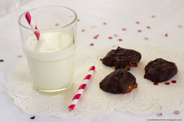 glas milch, drei schoko-überzogene kekse