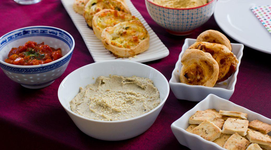 Salsa-Dip, Baba Ghanoush, Blätterteigschnecken, Hummus, Salz-Pfeffer-Cracker