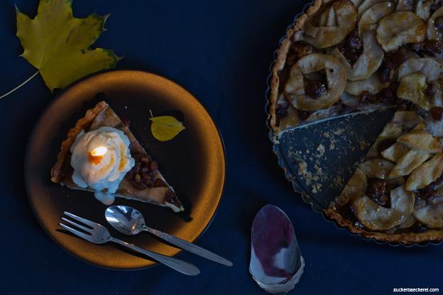 Apfeltarte mit Rosinen und Walnüssen und Gewürz-Eis
