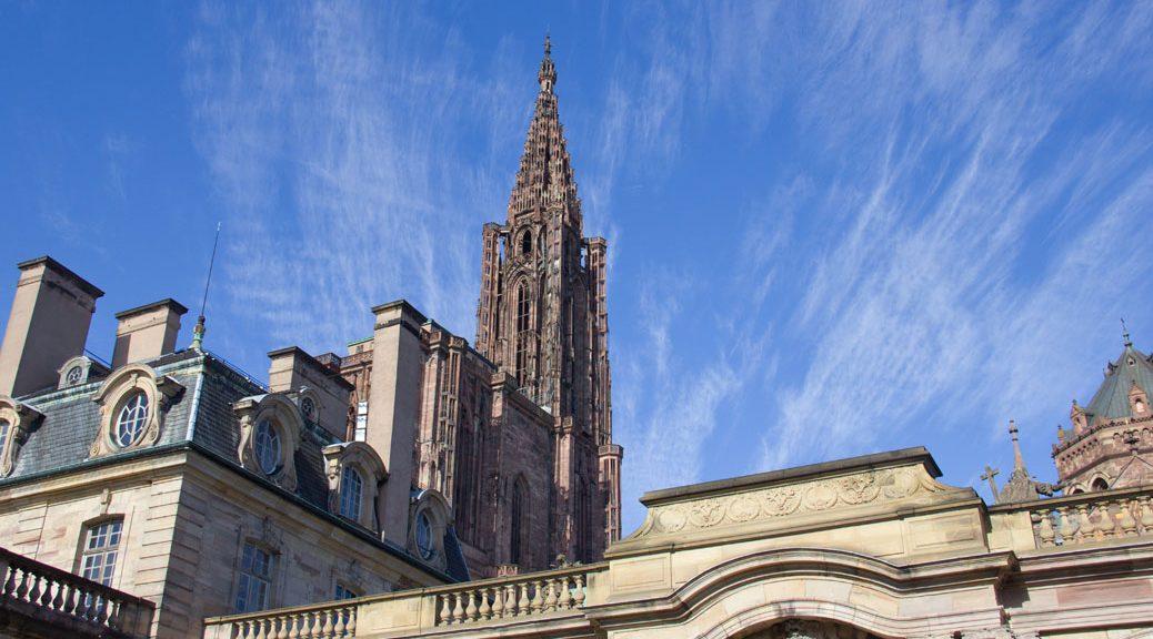 kathedrale von straßburg von unten vor blau-weißem himmel