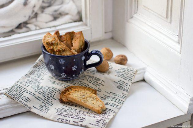 kastanien-biscotti in einer blauen tasse