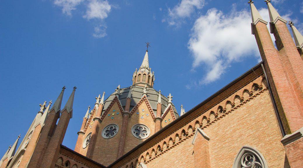Kathedralen-Kuppel von schräg untem vor blauem Himmel fotografiert