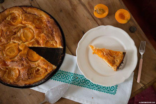 marillen-mascarpone-kuchen angeschnitten von oben