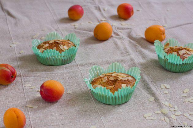 drei muffins, dazwischen marillen und mandelsplitter