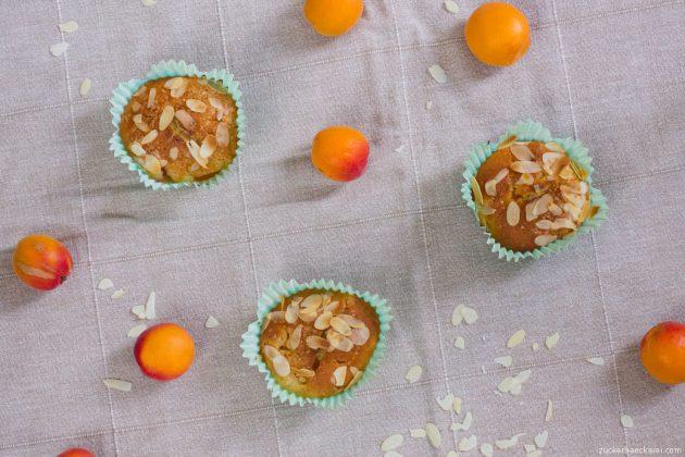drei muffins von oben, dazwischen marillen und mandelsplitter