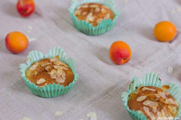 drei muffins, dazwischen marillen und mandelsplitter, von schräg oben fotografiert