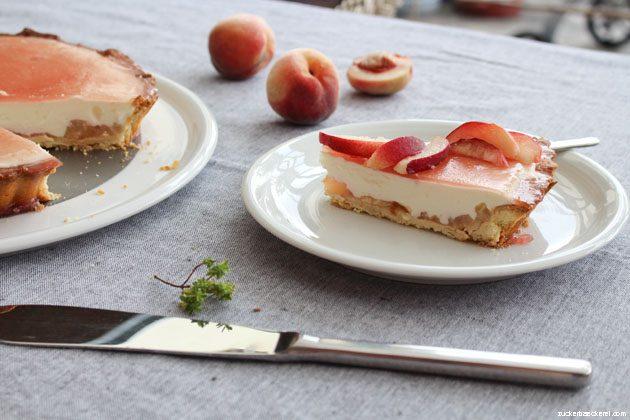 einn stück pfirsich-quark-tarte seitlich fotografiert