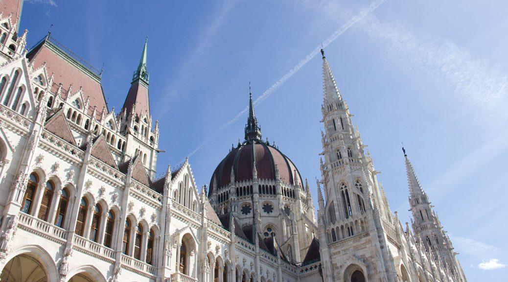 das Budapester Parlamentsgebäude von schräg utnen vor dem blauen Himmel fotografiert