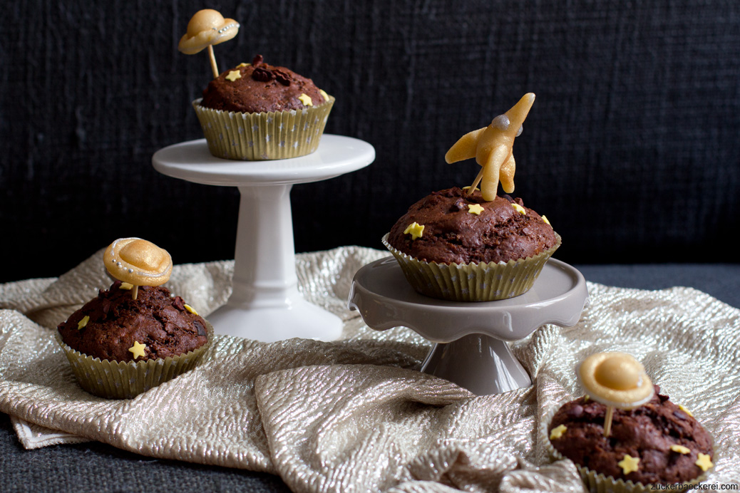 vier muffins mit ufos/raumschiffen aus marzipan
