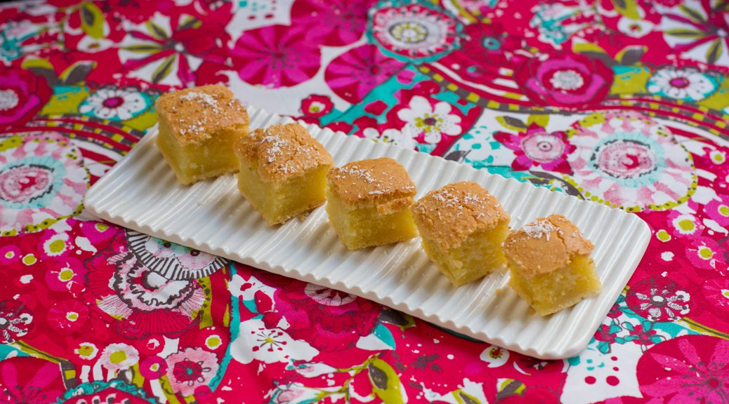 5 stücke buttermochi auf einer weißen platte auf geblümter tischdecke