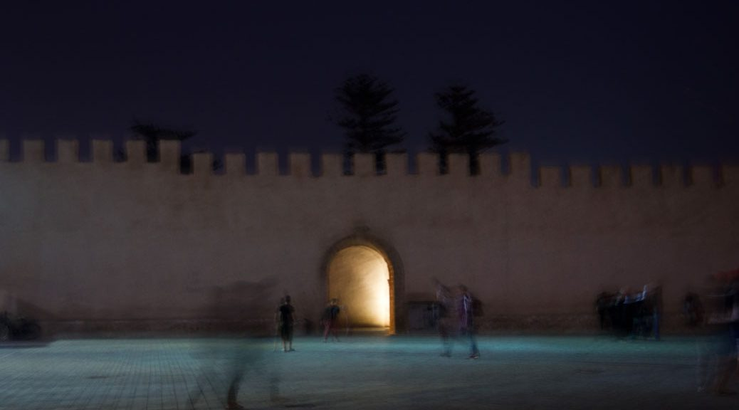 marokkanische stadtmauer bei nacht