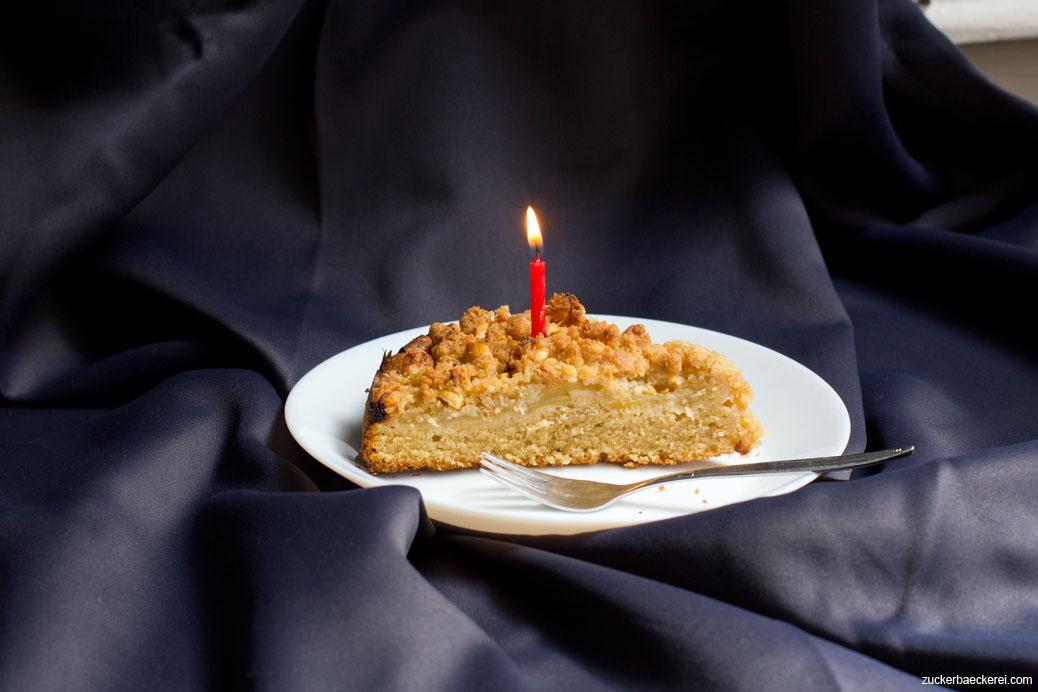 1 Stück Erdnuss-Apfel-Streuselkuchen mit Kerze