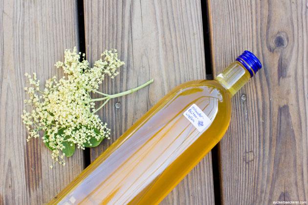 eine liegende flasche holunderblütenwodka
