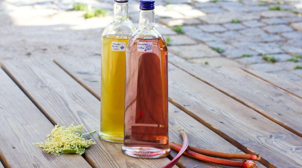 je eine flasche holunder- und rhabarber-wodka