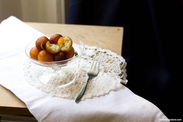 frittierte gulab jamun in einer glasschale, eines davon angeschnitten