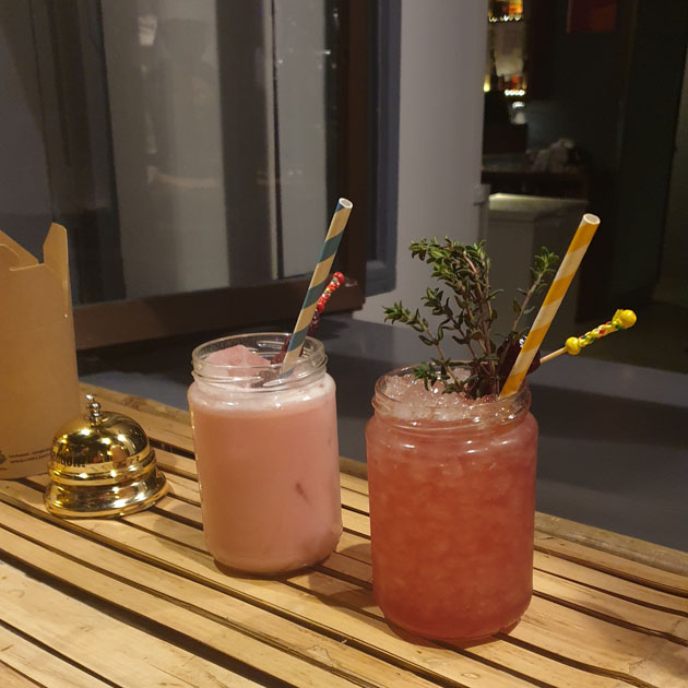 zwei cocktails im schraubglas