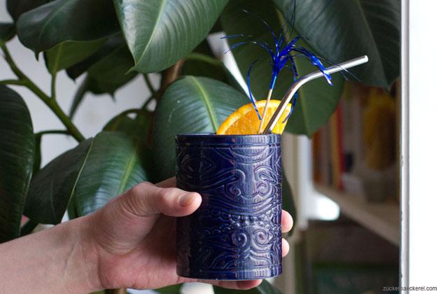 Painkiller Cocktail in einem Matikibecher vor Zimmerpflanze