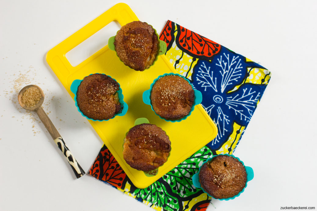 honig-apfel-walnuss-muffins auf einem gelben plastikbrett, vogelperspektive