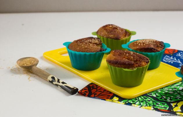 honig-apfel-walnuss-muffins auf einem gelben plastikbrett