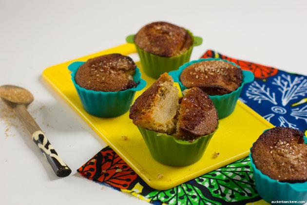 honig-apfel-walnuss-muffins auf einem gelben plastikbrett, einer davon in der mitte auseinandergebrochen