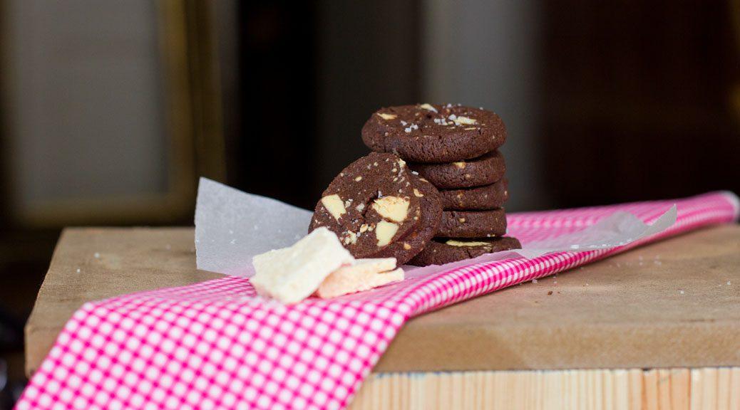 schokocookies mit karamellisierter weißer schokolade