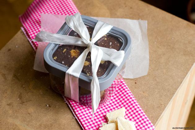 box mit schokocookies mit karamellisierter weißer schokolade