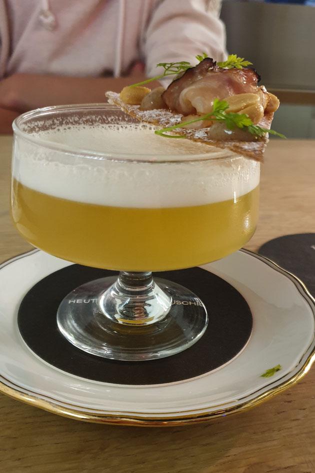 Cocktailschale mit üppiger Deko