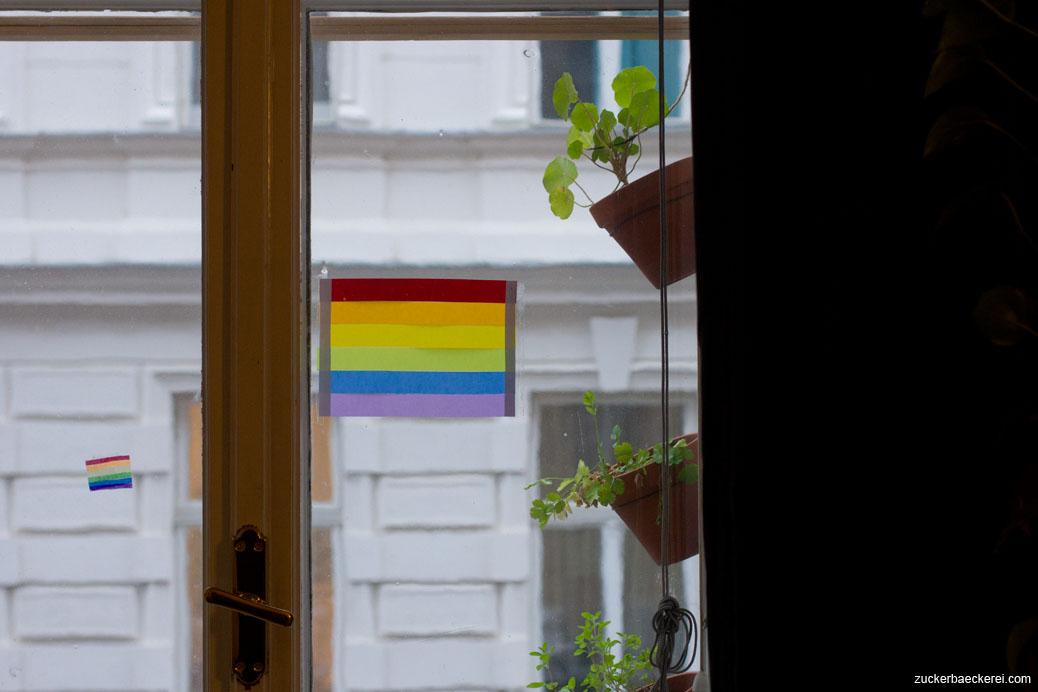 regenbogenflagge am fenster
