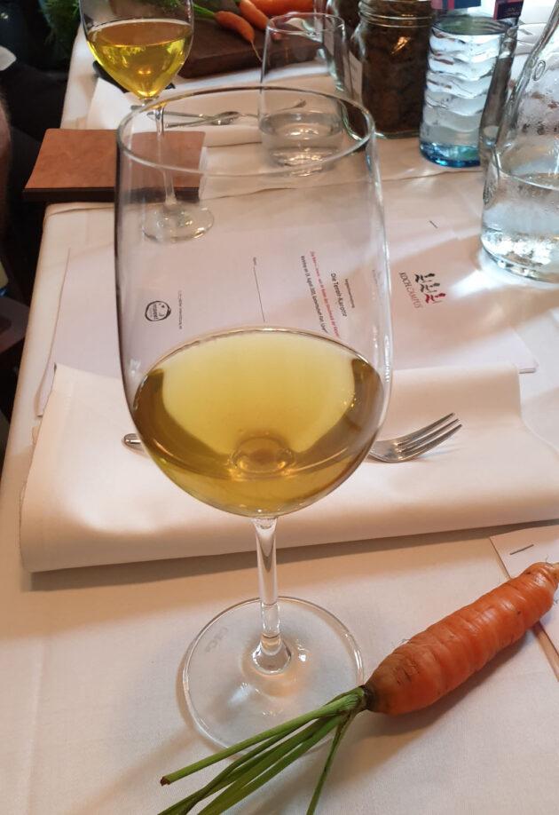 Karottengrün-Tee im Weinglas