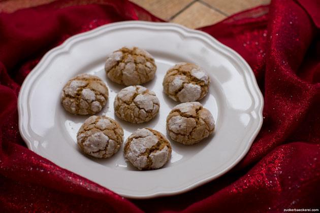 dirty-chai-earthquake-cookies auf einem weißen teller auf rot-glitzerndem stoff