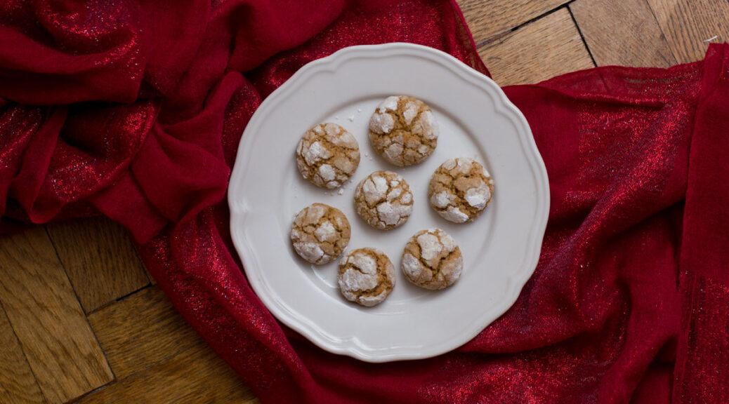 dirty-chai-earthquake-cookies auf einem weißen teller auf rot-glitzerndem stoff,vogelperspektive