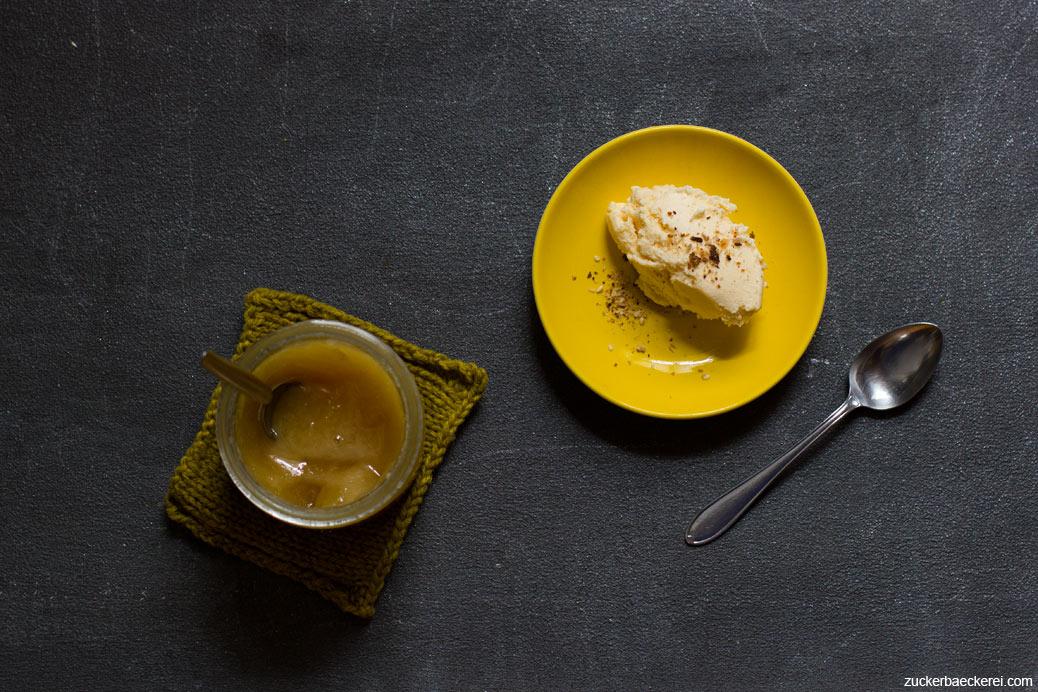 Honig-Eis auf gelbem Teller, daneben ein Glas Honig, Vogelperspektive