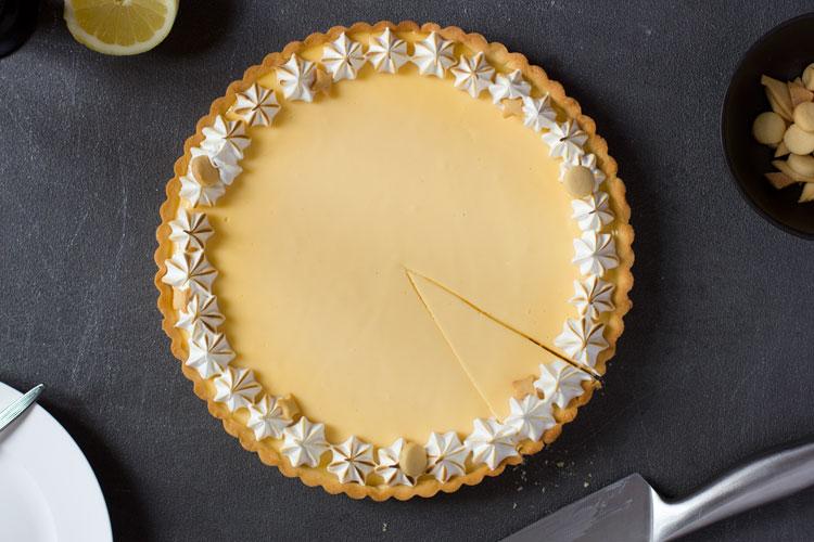 Tarte au citron meringuee, angeschnitten Vogelperspektive