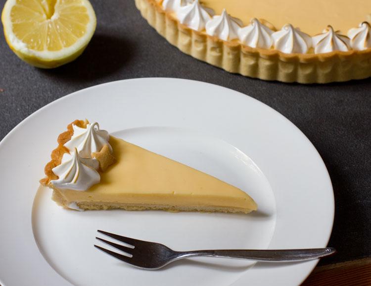 Ein Stück Tarte au citron meringuee