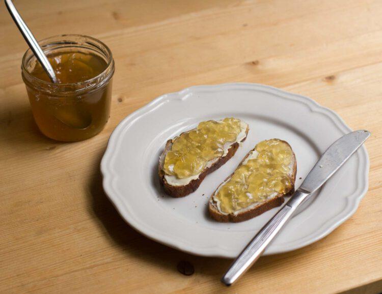 Zuckersüß 397 - Zwei Scheiben Brot mit Löwenzahngelee