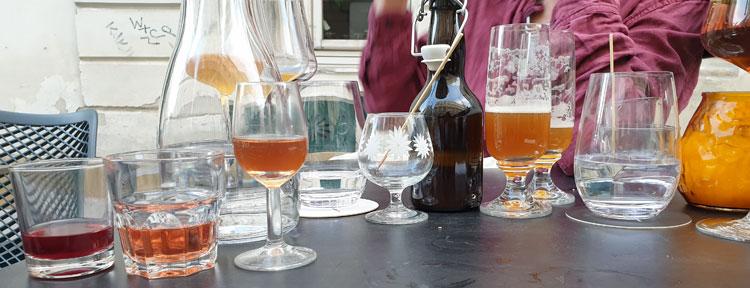 viele verschiedene Gläser auf dem Tisch