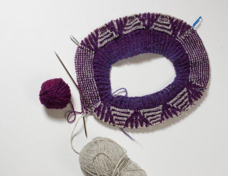 Kragen des Lizzie Sweater auf einer Rundstricknadel