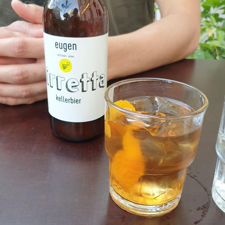 """""""biretta kellerbier"""" in der Flasche und ein Wermut Soda"""