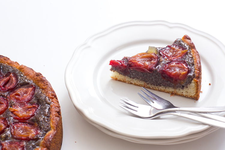 ein Stück Zwetschgen-Ingwer-Mohn-Kuchen